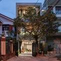 <p> Nhà gồm 3 tầng với bề ngoài không quá nổi bật, song không gian bên trong được làm mới với phong cách thiết kế ấn tượng.</p>
