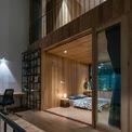 <p> Tầng 2 và tầng 3 chủ yếu được tạo nên bởi gỗ. Hệ thống cửa kính và rèm đảm bảo sự linh hoạt, vừa kín đáo vừa riêng tư cho các thành viên.</p>
