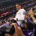 <p> Theo bảng xếp hạng 100 người nổi tiếng kiếm được nhiều tiền nhất một năm qua (tháng 6/2019 - tháng 5/2020), Cristiano Ronaldo đứng thứ 4 với 105 triệu USD, xếp trên Lionel Messi một bậc. Số tiền này cũng đưa ngôi sao Bồ Đào Nha trở thành cầu thủ bóng đá đầu tiên trong lịch sử kiếm được 1 tỷ USD khi vẫn đang thi đấu. (Ảnh: <em>Getty Images</em>)</p>