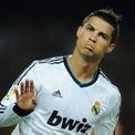 """<p> Cũng trong năm 2015, tỷ phú Italia Alessandro Proto chấp nhận chi 22 triệu USD đền bù để phá vỡ hợp đồng diễn xuất của Cristiano Ronaldo trong một bộ phim của hãng 20th Century Fox. Ronaldo ban đầu được hứa hẹn một vai diễn nhỏ trong phim """"The Manipulator"""" (Người điều khiển). Tuy nhiên vì anh là một cầu thủ bóng đá nổi tiếng toàn cầu, nhiều người cho rằng anh không hợp với nhân vật trong phim. (Ảnh: <em>Jasper Juinen/Getty Images</em>)</p>"""