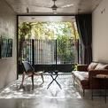 <p> Không gian được bố trí theo chiều dọc, ngoài cùng là phòng khách với bộ sofa đơn giản.</p>