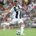 <p> Bên cạnh lương thưởng, Cristiano Ronaldo cũng kiếm được rất nhiều tiền từ việc quảng cáo và làm đại sứ thương hiệu. Tháng 1 năm nay, cầu thủ Juventus trở thành người đầu tiên có 200 triệu người theo dõi trên Instagram. Nếu tính thêm cả Facebook và Twitter, Ronaldo có đến 427 triệu người theo dõi trên mạng xã hội, đưa anh thành vận động viên nổi tiếng nhất hành tinh. (Ảnh: <em>Marco Luzzani/Getty Images</em>)</p>