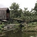 <p> Nhà chỉ sử dụng các vật liệu từ đá tự nhiên, gỗ và tre tạo cảm giác gần gũi, thô ráp và hài hòa.</p>