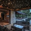 <p> Nhà được chia thành hai khu chức năng chính. Đầu tiên là tầng trệt, bao gồm hầm rượu, phòng xông hơi và nhà bếp với bàn ăn mở kết nối với hồ và hồ bơi.</p>