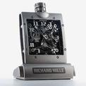 """<p class=""""Normal""""> Trình làng RM 020, Richard Mille nhắc lại lịch sử của ngành đồng hồ khi những thành tựu kỹ thuật cơ khí tuyệt vời xuất hiện ở những chiếc đồng hồ bỏ túi đầu tiên, đánh dấu bước tiến cá nhân hoá khi mỗi chiếc đồng hồ sẽ được chủ nhân mang theo bên mình. Đồng hồ bỏ túi xuất hiện trước đồng hồ đeo tay nhiều thế kỷ và đến ngày nay cảm hứng bất tận ấy vẫn tiếp tục mang đến những cải tiến và thiết kế mới.</p> <p class=""""Normal""""> Không ngừng định hình nên những khái niệm mới thẩm mỹ và tinh thông hơn, Richard Mille trình diễn đồng hồ đeo tay với kích thước hào phóng hơn cùng điểm nhấn đường cong tinh xảo.</p> <p class=""""Normal""""> Đặc biệt dây đeo tay gợi nhớ đến tác phẩm """"Endless Column"""" của Brancusi, nhà điêu khắc rực rỡ của thế kỷ 20, từ đó Richard Mille gửi gắm ý niệm về thời gian tuyệt đối và không gian vô hạn.</p> <p class=""""Normal""""> Hiện chiếc đồng hồ không được niêm yết công khai nhưng chắc chắn cái giá để sở hữu nó chắc chắn cũng đặc biệt không kém.</p>"""