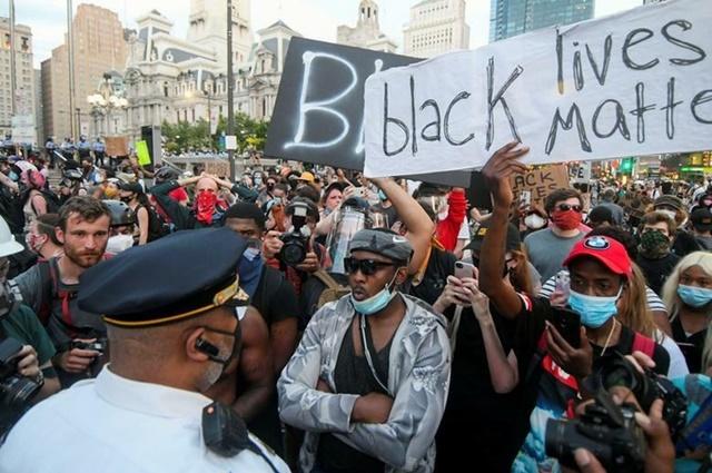 Cảnh sát khuyên can người biểu tình khi đã quá giờ giới nghiêm ở thành phố Philadelphia, bang Pennsylvania, hôm 6/6. Ảnh: Reuters