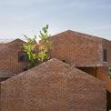 <p> Giống như một tòa nhà lego khổng lồ, trường được xây dựng hoàn toàn theo mô hình gạch trần và các lỗ mở tinh nghịch, truyền tải một giá trị thẩm mỹ độc đáo và thúc đẩy thông gió tự nhiên.</p>