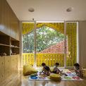 <p> Các lớp học và phòng tiện ích được tổ chức xung quanh lõi tòa nhà. Mỗi tầng được sắp xếp theo mô hình xen kẽ để tăng cường tương tác dọc, khuyến khích trẻ em dễ tiếp thu hơn với môi trường xung quanh và kích thích sự sáng tạo.</p>