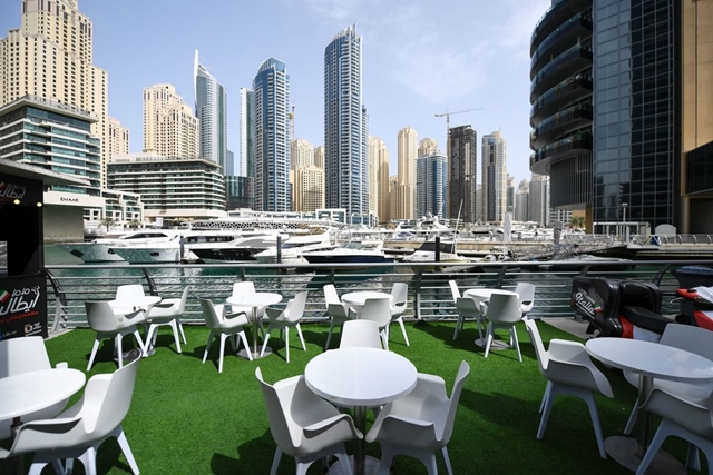Một nhà hàng vắng bóng người tại Dubai, Các tiểu vương quốc Arab Thống nhất, UAE, hồi tháng 3. Ảnh: AFP.