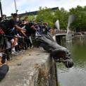 """<p> Người biểu tình tại Bristol, Anh ném tượng của Edward Colston xuống sông Avon trong một buổi biểu tình """"Black Lives Matter"""" vào ngày 8/6. Edward Colston là người trở nên giàu có vào thế kỷ thứ 17 nhờ việc buôn bán nô lệ Tây Phi. Bức tượng này sau đó được chính quyền địa phương vớt lên vào mang vào trưng bày ở bảo tàng. Ảnh:<em> Getty Images.</em></p>"""