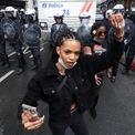 <p> Một phụ nữ tại Brussels, Bỉ giơ nắm đấm trước lực lượng cảnh sát khi tham gia làn sóng biểu tình Black Lives Matter vào ngày 8/6. Ảnh: <em>Reuters</em>.</p>