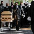 """<p> Các nhân viên mang chiếc quan tài chứa thi thể của George Floyd vào Nhà thờ Fountain of Praise tại Houston vào ngày 9/6. Cái chết của Floyd, được cho là do một cảnh sát người Mỹ gây ra, đã châm ngòi cho làn sóng biểu tình bảo vệ người da màu trên khắp nước Mỹ trong gần một tháng qua. Tối ngày 12/6, lại có thêm một người da màu bị hai sĩ quan cảnh sát da trắng bắn chết tại một bãi đỗ xe ở thành phố Atlanta, bang Georgia. Sự kiện này khiến làn sóng biểu tình """"Black Lives Matter"""" tiếp tục lan rộng ra thế giới. Ảnh: <em>AP</em>.</p>"""