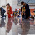 <p> Khoảng 20 nhà lập pháp của đảng Dân chủ tại Mỹ, gồm Chủ tịch Hạ viện Nancy Pelosi, quỳ gối trong 8 phút 46 giây để tưởng niệm sự ra đi của George Floyd vào ngày 8/6. Họ đều choàng khăn được làm từ vải Kente, một loại trong phục truyền thống của châu Phi. Ảnh: <em>AP</em>.</p>