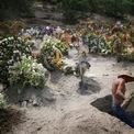 <p> Một công nhân đang đào thêm huyệt mộ ở nghĩa trang Xico, ngoại ô Mexico City vào ngày 10/6. Mexico là một trong những ổ dịch Covid-19 lớn nhất khu vực châu Mỹ Latin với tổng số ca nhiễm tính đến ngày 13/6 là hơn 142.000 ca và số ca tử vong là hơn 16.800 ca. Ảnh: <em>Reuters</em>.</p>