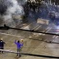 <p> Hai người biểu tình giơ tay lên trời, đối đầu với lực lượng cảnh sát sử dụng vũ lực để đàn áp làn sóng biểu tình gần trụ sở cảnh sát Seattle, Washington vào ngày 8/6. Ảnh: <em>Reuters</em>.</p>