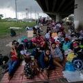 <p> Hàng trăm lao động nước ngoài bị mắc kẹt ở Philippines do các chuyến bay về nước bị hủy trong bối cảnh dịch Covid-19 bùng phát. Những người này đành phải trú tạm dưới gầm đường cao tốc NAIA, bên ngoài Sân bay quốc tế Pasay City vào ngày 12/6. Ảnh: <em>Reuters</em>.</p>