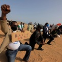 """<p> Một nhóm người Senegal quỳ gối và giơ khẩu hiệu """"Black Lives Matter"""" nhằm đòi lại công bằng cho George Floyd tại Dakar, Senegal vào ngày 9/6. Ảnh: <em>Reuters</em>.</p>"""