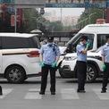"""<p class=""""Normal""""> Cảnh sát bên ngoài chợ Xinfadi ở Bắc Kinh hôm 13/6. Chính phủ Trung Quốc buộc phải đóng cửa chợ buôn lớn nhất Bắc Kinh này sau khi 46 nhân viên làm việc tại đây và những khu vực xung quanh có kết quả xét nghiệm dương tính với virus corona. Cũng trong ngày 13/6, Trung Quốc ghi nhận thêm 57 ca nhiễm nCoV, mức tăng hàng ngày cao nhất từ tháng 4, chủ yếu là lây nhiễm cộng đồng tại thủ đô Bắc Kinh. Ảnh: <em>AFP</em>.</p>"""
