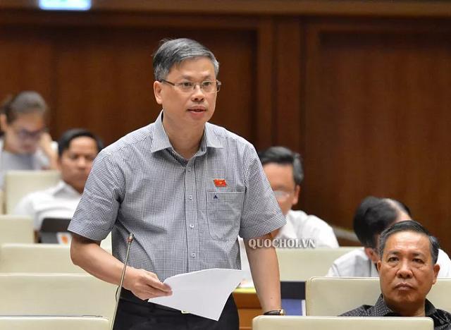 Đại biểu Nguyễn Sỹ Cương (Ninh Thuận) tranh luận với ĐB Lưu Bình Nhưỡng.
