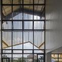 """<p class=""""Normal""""> Trục chính theo hướng Bắc - Nam giúp tối ưu hóa thông gió và chiếu sáng tự nhiên. Tòa nhà có lớp cách nhiệt mái sinh thái nhiều màu, chống ồn, kết hợp với máng xối nước mưa, tận dụng các nhà máy tưới nước trong sân trường.</p>"""