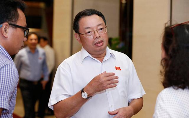 Phó chủ nhiệm Uỷ ban Kiểm tra Trung ương Hoàng Văn Trà trao đổi với báo chí bên hành lang Quốc hội.