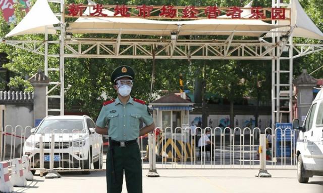 Cảnh sát đứng gác ở lối vào chợ Tân Phát Địa tại Bắc Kinh, Trung Quốc, hôm 15/6. Ảnh: Reuters.