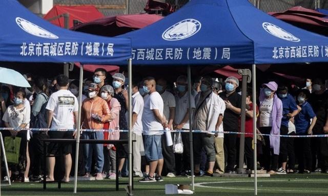 Những người sống gần hoặc từng tới chợ Tân Phát Địa xếp hàng chờ xét nghiệm nCoV tại Bắc Kinh, Trung Quốc, hôm 16/6. Ảnh: AFP.