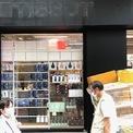 <p> Russet Street tọa lạc tại vịnh Đồng La, Hong Kong là một trong những trung tâm mua sắm và bán lẻ nhộn nhịp nhất Hong Kong. Nơi đây tập trung nhiều thương hiệu xa xỉ lớn với giá thuê đắt đỏ bậc nhất thế giới và lượng người mua sắm đông đảo.</p>