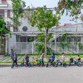 <p> Địa điểm xây dựng nằm trong khu dân cư tại TP Hạ Long, Quảng Ninh, một trong những thành phố phát triển nhanh nhất Việt Nam. Đội ngũ kiến trúc sư tìm kiếm sự thay đổi thông qua những điều đơn giản nhưng giá trị có thể làm cho trẻ em. Do đất chỉ được thuê trong 5 - 10 năm, ngôi trường được xây dựng bởi một cấu trúc đơn giản, có thể nhanh chóng lắp đặt, ít ảnh hưởng đến đất và có thể dễ dàng di dời đến vị trí khác khi cần.</p>