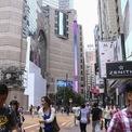 <p> Phố mua sắm dài 250 m, thường được hình dung gắn liền với những thương hiệu xa xỉ và là biểu tượng của ngành thời trang xa xỉ tại Hong Kong. Giá thuê mặt bằng trung bình tại đây vào khoảng 2.671 USD/feet vuông (thời điểm quý II/2018). Đây cũng được xếp hạng là con phố mua sắm đắt đỏ nhất thế giới, vượt mặt các trung tâm mua sắm sầm uất ở New York, London hay Paris.</p>