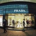 <p> Nhiều cái tên trong làng mốt xa xỉ đã rút chân khỏi con đường mua sắm đắt đỏ nhất thế giới như Bonjour, Rado, Blancpain hay Tissot. Hãng thời trang Prada đã đóng cửa cửa hàng trưng bày rộng 1.300 mét vuông với giá thuê 1,15 triệu USD/tháng khi hợp đồng thuê 7 năm kết thúc vào tháng 6/2020.</p>
