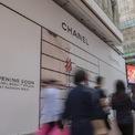 <p> Cửa hàng mới của Chanel trì hoãn khai trương tại Russell Street. Có thể dễ dàng nhìn thấy biển giảm giá đến 80% tại các cửa hàng Chanel, Gucci.</p>