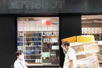 Điện thoại giá rẻ, quán lẩu thế chân Tissot, Prada tại con phố đắt đỏ