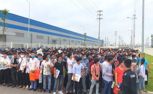 Hàng nghìn công nhân tham gia tuyển dụng tại nhà máy của công ty Luxshare-ICT.