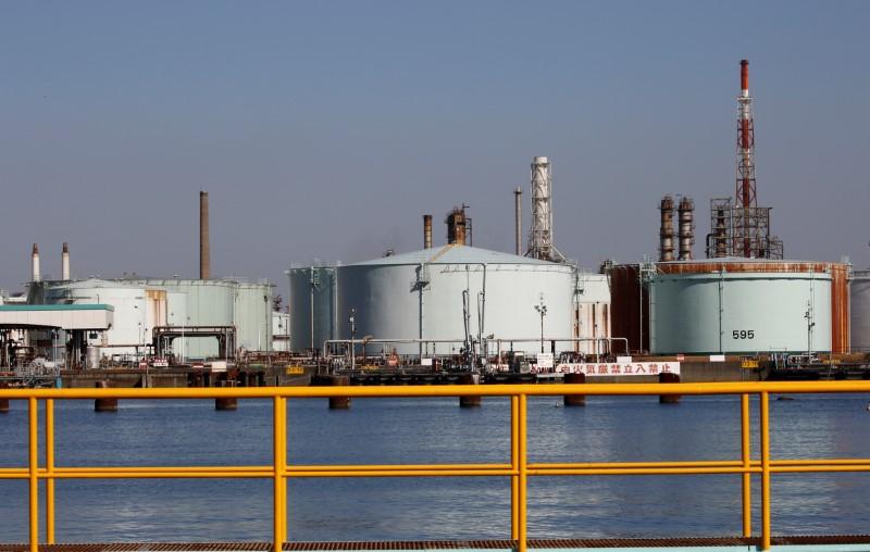 Tồn kho tại Mỹ lập đỉnh mới, giá dầu giảm