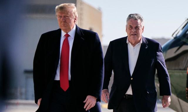 Tổng thống Donald Trump và nghị sĩ Cộng hòa Peter King (phải) tại căn cứ không quân Andrews, ở Maryland, hồi tháng 11/2019. Ảnh: NYTimes.