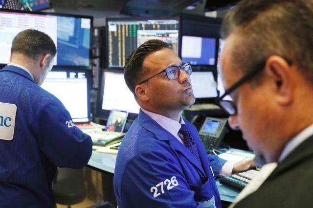 Phố Wall ngày 18/6 diễn biến trái chiều khi nhà đầu tư cân nhắc tác động từ đợt bùng phát ca nhiễm Covid-19 gần đây và số liệu cho thấy kinh tế Mỹ có thể không phục hồi theo hình chữ V. Ảnh: Reuters.