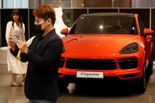Một mẫu Porsche Cayenne Coupe được trưng bày tại Seoul, Hàn Quốc ngày 16/6. Ảnh: Reuters