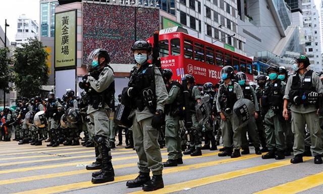 Cảnh sát Hong Kong đối phó biểu tình phản đối dự luật an ninh hồi cuối tháng 5. Ảnh: Reuters.