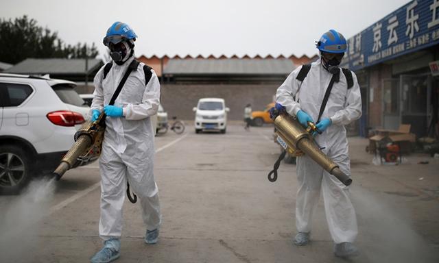 Nhân viên tình nguyện phun khử trùng chợ Nam Cung ở thủ đô Bắc Kinh, hôm 18/6. Ảnh:Reuters.