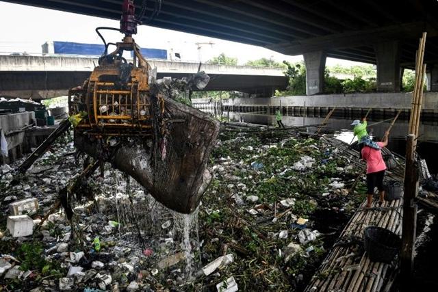 Tại các khu vực đô thị Thái Lan, hộp nhựa đựng thức ăn, thìa dĩa và túi nilon đang chất đống, làm tắc nghẽn kênh rạch và sông ngòi. (AFP)