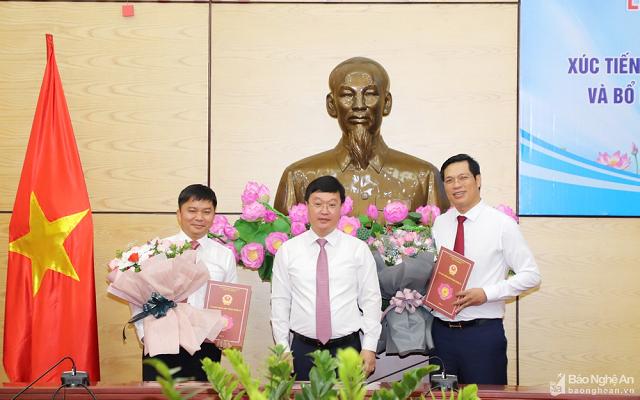 Ông Nguyễn Đức Trung - Phó Bí thư Tỉnh ủy, Chủ tịch UBND tỉnh Nghệ An (giữa) trao quyết định bổ nhiệm Giám đốc Xúc tiến Đầu tư Thương mại và Du lịch tỉnh Nghệ An cho ông Bùi Duy Đông (phải) và Phó Giám đốc Trung tâm cho ông Nguyễn Văn Nam (trái).