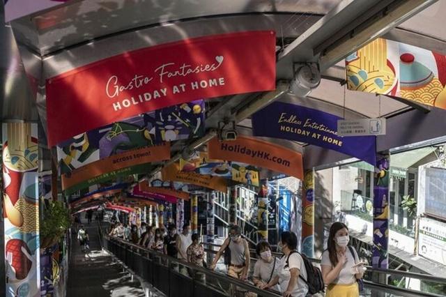 Các banner quảng cáo du lịch được chăng khắp Hong Kong. Ảnh: Bloomberg