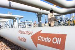 Giá dầu giảm, lo ngại tồn kho tại Mỹ lập đỉnh mới, giá vàng cao nhất gần 8 năm