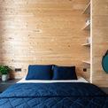 <p> Màu xanh và màu đặc trưng của gỗ được sử dụng xuyên suốt trong các phòng, bao gồm cả phòng ngủ.</p>