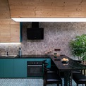 <p> Gạch lát sàn, tường bếp đều là những món đồ nhiều họa tiết. Các yếu tố này làm nên cảm giác mới mẻ, khác biệt cho một không gian sống thường bị mặc định là hạn chế khả năng sáng tạo.</p>