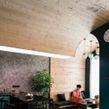<p> Không còn ranh giới giữa những bức tường và trần, các hệ khung vòm tạo ra các không gian có chiều sâu và đầy thú vị, phá đi hình ảnh nhàm chán thường thấy trong các căn hộ có diện tích khiêm tốn.</p>