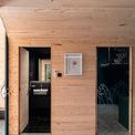 <p> Chủ nhà và KTS ưu tiên sử dụng gỗ, bên cạnh những bức tường có màu sơn xanh đậm, nhằm tạo cảm giác thoáng hơn cho không gian.</p>