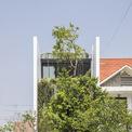 """<p class=""""Normal""""> Ngôi nhà phố tại Huế có diện tích đất 5m x 20m, là dạng phổ biến trong quy hoạch phân khu nhà ở điển hình của Việt Nam. Nhà hướng về phía nam, tiếp xúc với ánh mặt trời thiêu đốt và nhiệt độ cao vào buổi chiều. Đây là không gian sống gia đình của một cặp vợ chồng trẻ có hai cô gái.</p>"""