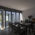 <p> Các vật dụng trong phòng khách và các không gian khác được làm dựa trên phong cách truyền thống của người Huế. Vỏ đèn chùm trong khoảng trống được lấy cảm hứng từ những chiếc lồng chim cũ.</p>
